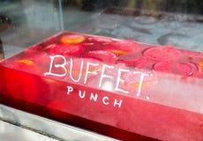 Succo della perforazione del buffet nel mercato fotografie stock libere da diritti