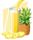 Succo di ananas Bevanda della frutta fresca in vetro Frullati dell'ananas Flusso e spruzzata del succo in vetro pieno Isolato del Immagini Stock