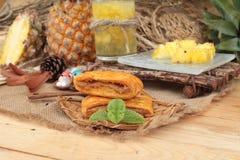 Succo di ananas ed ananas fresco con pane al forno con pineap Fotografie Stock Libere da Diritti