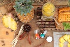 Succo di ananas ed ananas fresco con pane al forno con pineap Immagini Stock