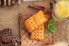 Succo di ananas ed ananas fresco con pane al forno con pineap Immagini Stock Libere da Diritti
