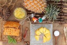 Succo di ananas ed ananas fresco con pane al forno con pineap Immagine Stock