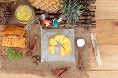 Succo di ananas ed ananas fresco con pane al forno con pineap Fotografia Stock