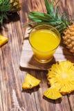 Succo di ananas fresco nel vetro con la frutta dell'ananas su woode Fotografie Stock Libere da Diritti