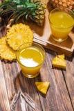 Succo di ananas fresco nel vetro con la frutta dell'ananas su woode Immagine Stock Libera da Diritti