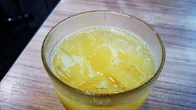 Succo di ananas sulla tavola Fotografie Stock
