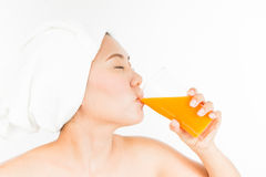 Succo di arancia bevente Immagini Stock Libere da Diritti
