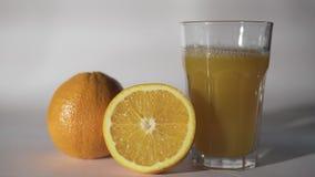Succo di arancia che versa nel vetro stock footage