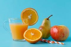 Succo di arancia e fette di arancio Immagini Stock