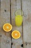 Succo di arancia fresco e due metà di una frutta Fotografia Stock