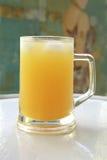 Succo di arancia in grande vetro fotografia stock libera da diritti