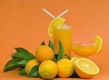 Succo di arancia sull'arancio Fotografie Stock Libere da Diritti