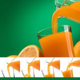 Succo di arancia di versamento in un vetro Immagine Stock