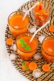 Succo di carota con ghiaccio e la menta, vista superiore Immagini Stock