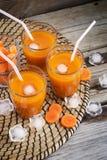 Succo di carota con ghiaccio, vista superiore Immagini Stock Libere da Diritti