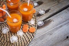 Succo di carota con ghiaccio, vista superiore, spazio per testo Immagini Stock Libere da Diritti