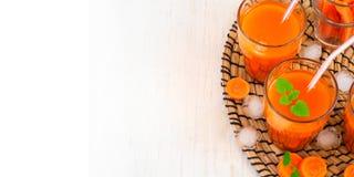 Succo di carota con ghiaccio, vista superiore, spazio per testo, vista superiore Fotografia Stock