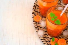 Succo di carota con ghiaccio, vista superiore, spazio per testo, vista superiore Fotografia Stock Libera da Diritti
