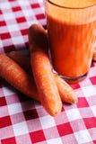 Succo di carota con la radice dello zenzero Fotografia Stock Libera da Diritti