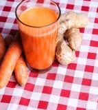 Succo di carota con la radice dello zenzero Immagine Stock