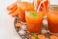 Succo di carota con polpa, ghiaccio e la menta Fotografie Stock Libere da Diritti