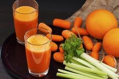 Succo di carota con sedano e l'arancia Fotografia Stock Libera da Diritti