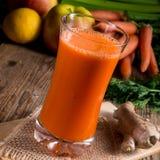 Succo di carota di recente schiacciato Fotografia Stock Libera da Diritti