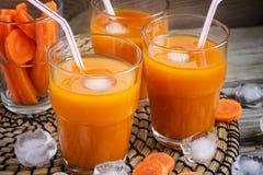 Succo di carota fresco con ghiaccio Fotografia Stock Libera da Diritti
