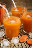 Succo di carota fresco con polpa con ghiaccio Fotografia Stock