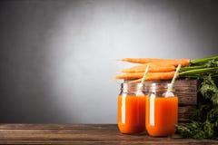 Succo di carota organico fresco Fotografia Stock Libera da Diritti