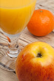 Succo di frutta con la mela ed il mandarino Immagine Stock Libera da Diritti