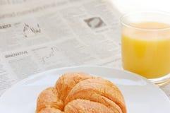 Succo di frutta, croissant e carte d'ufficio Fotografia Stock Libera da Diritti