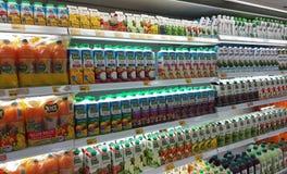Succo di frutta imballato nell'imballaggio di plastica della carta e della bottiglia immagine stock libera da diritti