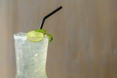 Succo di limone fresco in un vetro Bevanda agrodolce fa il tatto Immagine Stock