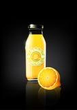 Succo di limone giallo in una bottiglia di vetro per il logo della pubblicità e dell'annata di progettazione, frutta, trasparente Immagine Stock Libera da Diritti
