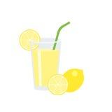 Succo di limone in vetro con la fetta di limone e di paglia verde Fotografie Stock Libere da Diritti