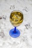 Succo di mele con ghiaccio su un fondo bianco fotografia stock