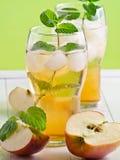 Succo di mele con le fette di Apple Immagini Stock Libere da Diritti