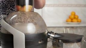Succo di mele dell'estrattore nella cucina video d archivio
