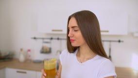 Succo di mele - mele della donna e verdure e berlo juicing fresco a casa in cucina che dà i pollici su succo stock footage