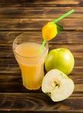 Succo di mele e Apple affettato Fotografie Stock Libere da Diritti