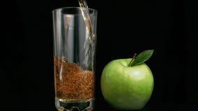 Succo di mele fresco che entra nel movimento lento eccellente stock footage
