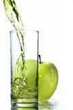 Succo di mele fresco in vetro con il isolat verde della mela Fotografia Stock