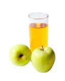 Succo di mele in mele di vetro e fresche isolate su bianco Fotografie Stock Libere da Diritti