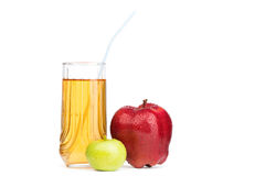 Succo di mele in mele di vetro e fresche su bianco Fotografia Stock Libera da Diritti
