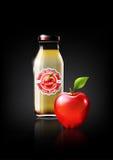 Succo di mele rosso in una bottiglia di vetro per il logo della pubblicità e dell'annata di progettazione, frutta, trasparente, v Fotografie Stock