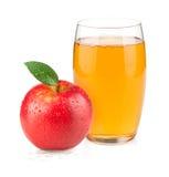 Succo di mele in una mela di vetro e rossa Fotografie Stock
