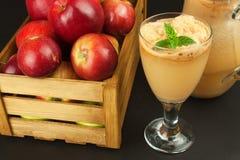 Succo di mele urgente fresco non filtrato Succo e mele di mele sulla tavola di legno Un succo sano per gli atleti Immagini Stock Libere da Diritti