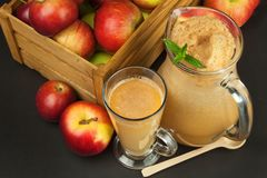 Succo di mele urgente fresco non filtrato Succo e mele di mele sulla tavola di legno Un succo sano per gli atleti Fotografia Stock Libera da Diritti