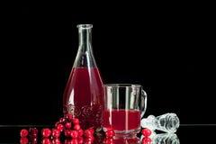 Succo di mirtillo rosso rosso della bevanda su un fondo nero Fotografia Stock